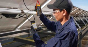 Clamp meters for solar power installations with CAT III / 1500V safety rating